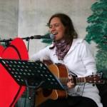 Josefina Magnusson ledde allsången med bravur. Bilden är tagen den 13 juni 2010.